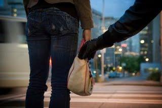 Της άρπαξε την τσάντα και ...εξαφανίστηκε!